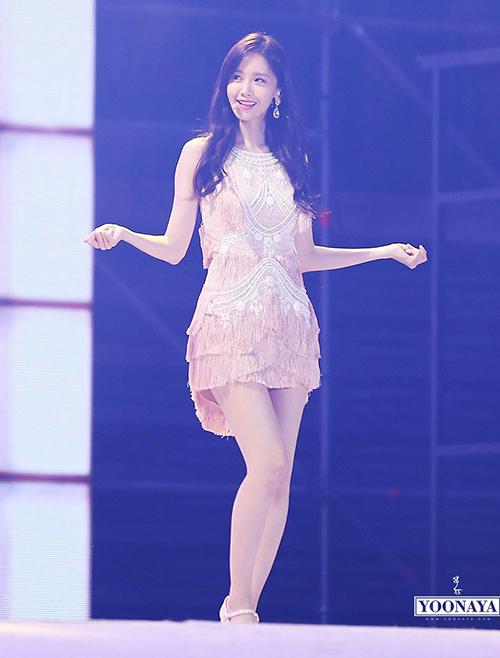 Kỳ thực vóc dáng này cũng không phải là điều Yoon Ah mong muốn. Hồi xuất hiện trong Entertainment Weekly năm 2013, thành viên SNSD từng tỏ thái độ khó chịu khi MC so sánh vòng eo của cô với một gang tay. Yoon Ah cũng chia sẻ cô chẳng cần làm gì vì vòng eo luôn ở mốc 58 cm.