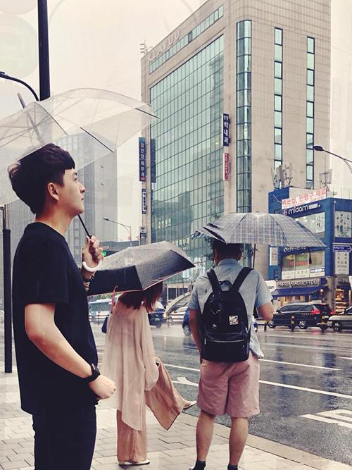 Ngô Kiến Huy cầm ô diễn sâu giữa trời mưa Hàn Quốc.