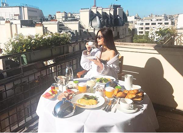 Hoa hậu Đại dương Ngân Anh tận hưởng bữa sáng đúng chuẩn con nhà giàu ở trời Âu.