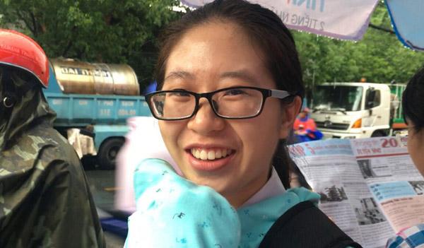 Bạn Nhi (THPT Lê Hồng Phong, TP HCM) vui vẻ chia sẻ mình đủ thời gian để làm bài và dự đoán sẽ được khoảng 8 điểm cho môn Ngoại ngữ.