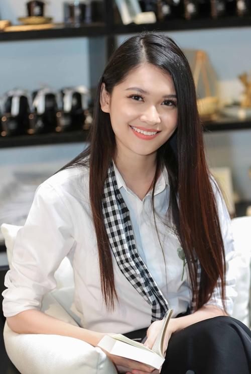 Á hậu Thùy Dung hào hứng tham gia hoạt động.