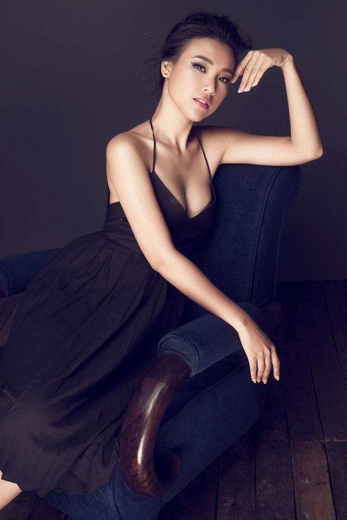 <p> Hoàng Oanh trở nên quyền lực và quyến rũ khi diện những thiết kế mang sắc đen bí ẩn.</p>