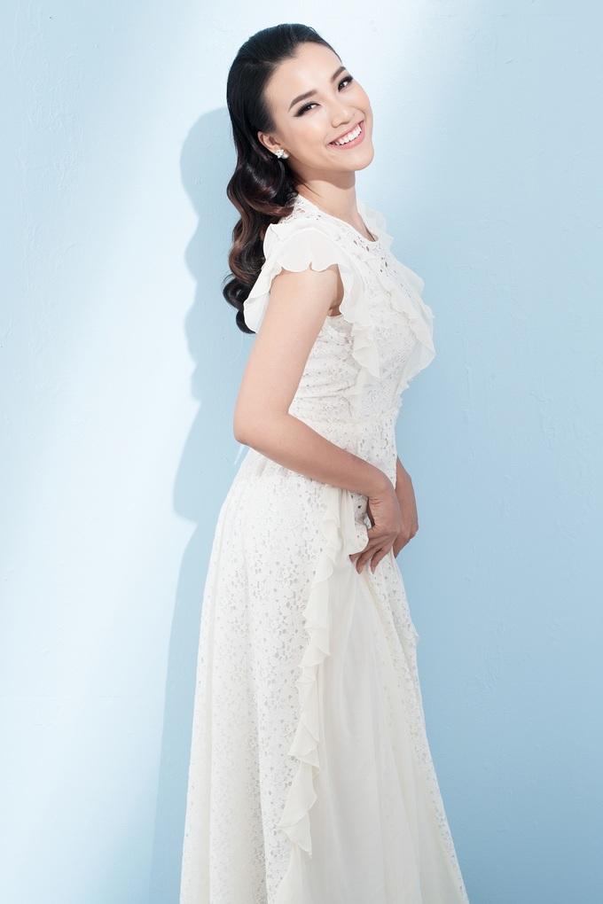 <p> Hoàng Oanh diện váy ren có phần bèo nhún nữ tính.</p>