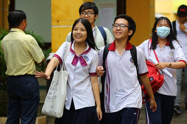 Tại địa điểm thi THPT Trưng Vương (Quận 1, TP HCM), các thí sinh bước ra khỏi phòng với nụ cười rạng rỡ trên môi.