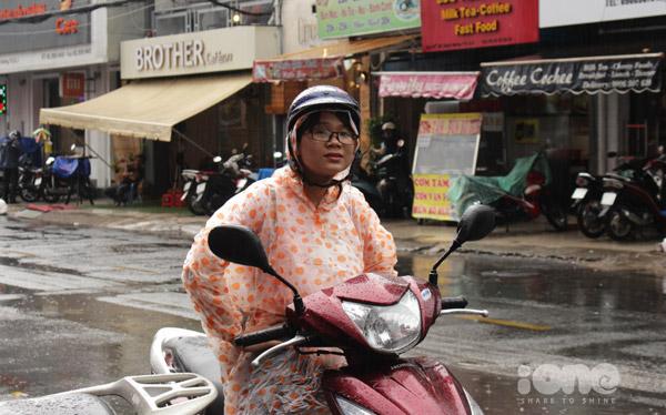 Nhiều phụ huynh đã phải mặc áo mưa chờ con ngoài cổng trườngtrong suốt thời lượng 120 phút làm bài.