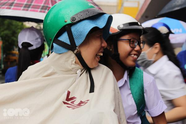 Nụ cười rạng rỡ sau khi làm bài thi Ngoại ngữ của một cặp mẹ con.