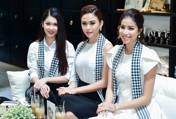 Tại TP HCM, Phạm Hương, Ngọc Hân, Lệ Hằng, Thùy Dung, Hoàng My, Mâu Thủy diện những trang phục đơn giản, nhẹ nhàng.