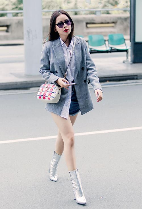 Cô nàng luôn tận dụng mọi kiểu trang phục như croptop, quần shorts, đồ bó... để ăn gian chiều cao, tôn lên vòng eo thon và đôi chân nuột. Trang phục của Chi Pu thường được sắm từ các thương hiệu bình dân, tuy nhiên cô nàng tạo đẳng cấp bằng cách kết hợp cùng phụ kiện hàng hiệu.