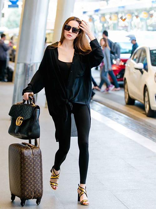 Người đẹp ưu tiên phong cách tối giản với những set đồ màu đen hoặc tối màu, tạo cảm giác người thêm cao ráo, thanh mảnh.