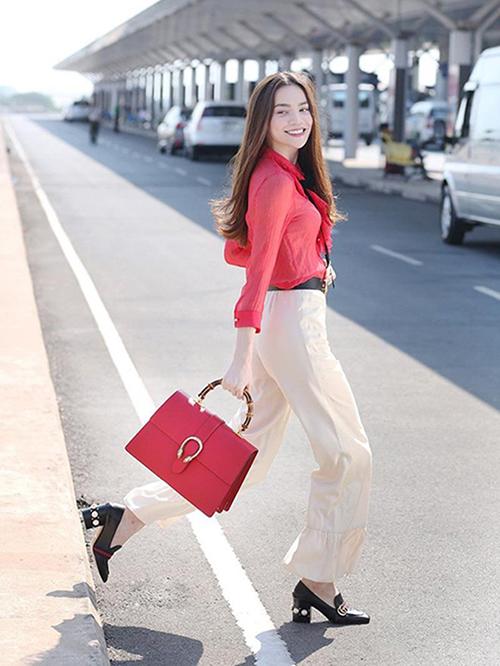 Rất hiếm khi Hà Hồ thêm màu sắc cho thời trang sân bay, tuy nhiên nếu có thì vẫn giữ nguyên tiêu chí là phong cách tối giản, ít chi tiết, kiểu dáng thoải mái.