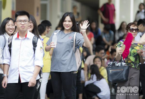 Một nữ sinh vẫy chào người thân sau khi thi xong.