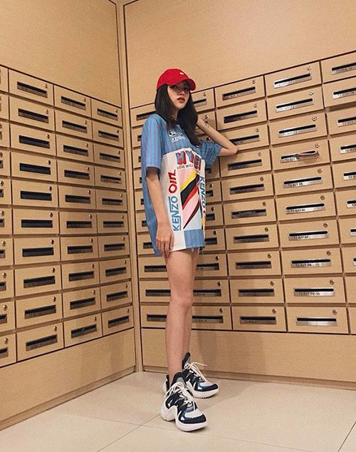 Hương Giang Idol ngày càng lên đời hàng hiệu sau khi đăng quang hoa hậu. Set đồ của cô nàng gồm toàn item mới nhất từ các thương hiệu Kenzo, Louis Vuitton.