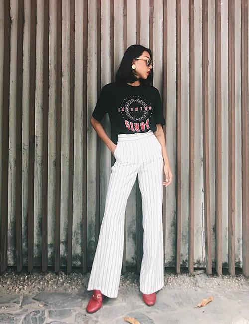 Minh Triệu có cách thông minh để kéo dài chân, đó là diện áo phông cùng quần suông cạp cao, họa tiết kẻ sọc dọc.