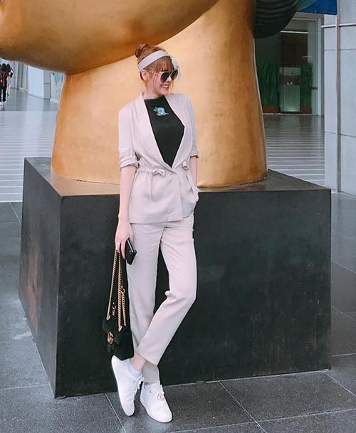Quế Vân giúp bộ suit bớt cứng bằng cách mix với turban và giày thể thao.