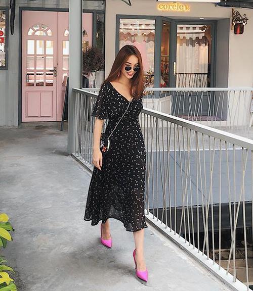Với chiếc váy voan hoa bay bổng tối màu, Yến Trang khéo chọn đôi cao gót hồng rực làm điểm nhấn.
