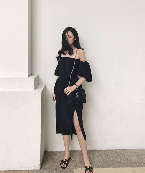 Để tránh nóng bức, Á hậu Tú Anh cũng chọn trang phục tông đen đơn giản, gồm áo trễ vai, váy xẻ cao và dép lê mát mẻ.