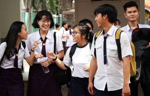 Thí sinh trao đổi bài vở sau giờ thi sáng 26/6 tại điểm thi Marie Curie (TP HCM).