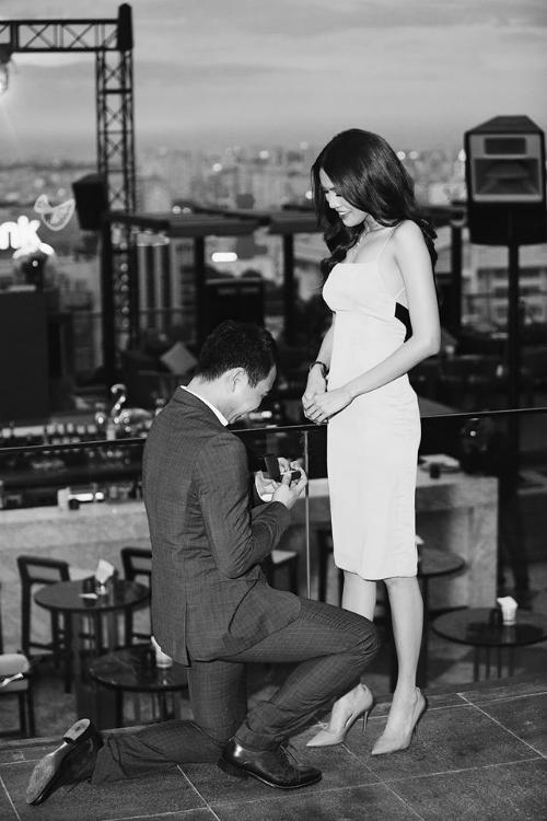 Giây phút Lan Khuê được cầu hôn.
