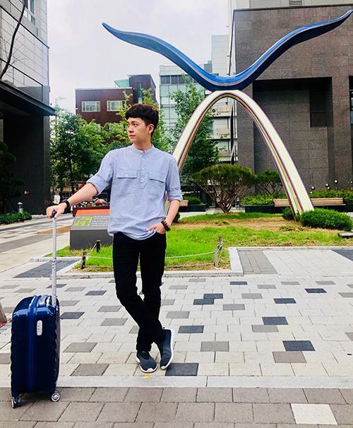 Ngô Kiến Huy xách va li ra sân bay vẫn tranh thủ tạo dáng nốt trên đường phố Seoul.