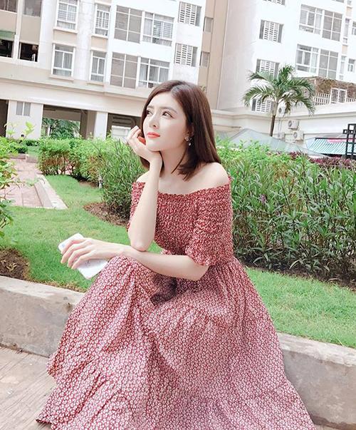 Lilly Luta xinh như công chúa trong chiếc váy hoa nhí khoe vai trần.