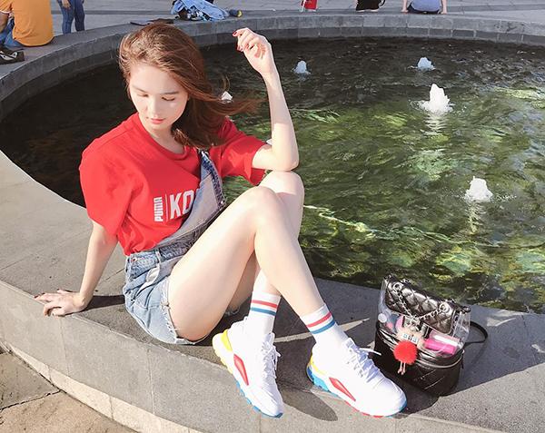 Ngọc Trinh ăn vận nhí nhảnh như teen girl, vô tư ngồi ngay dưới nắng chụp hình.