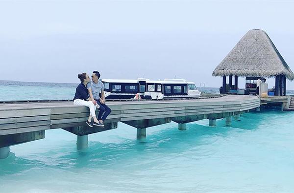 Cường Đô la và Đàm Thu Trang khoe ảnh tình tứ ở Maldives, khiến khán giả nghi ngờ đang đi chụp ảnh cưới để về chung một nhà.