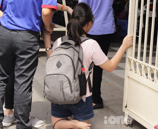 Đội thanh niên tình nguyện hỗ trợ Thu Thủy di chuyển vào trường.
