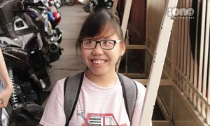 Nụ cười rạng rỡ của thí sinh đi thi THPT bằng... đầu gối