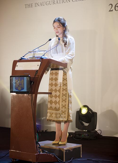 ừ Rumani, Bộ trưởng Bộ ngoại giao Teodor Meleșcanu cũng đã gửi thư chúc mừng tân Lãnh sự danh dự tại TP.HCM. Việc bổ nhiệm bà Trần Thị Thanh Nhàn làm Lãnh sự Danh dự Rumani tại TP.HCM có ý nghĩa quan trọng khi Rumani khẳng định mong muốn tăng cường phát triển mối quan hệ song phương với Việt Nam, đặc biệt trong lĩnh vực kinh tế và thương mại. Ngoài ra, điều đó còn thể hiện rõ trong cam kết của bà Nhàn mong muốn góp phần vào sự phát triển quan hệ Rumani-Việt Nam. Các cơ quan hữu quan Rumani trân trọng việc làm tích cực này của bà. Với niềm tin hoàn toàn vào kỹ năng và năng lực từng là nữ doanh nhân và Đại sứ Du lịch Việt Nam, chúng tôi tin tưởng rằng bà Trần Thị Thanh Nhàn, trên cương vị Lãnh sự Danh dự Rumani sẽ có những đóng góp thành công vào việc củng cố mối quan hệ đôi bên cùng có lợi giữa hai nước chúng ta. Chúng tôi tin rằng kinh nghiệm, chuyên môn và kỹ năng doanh nhân của bà sẽ tiếp tục được phát huy trong các triển vọng hợp tác mới trên nhiều lĩnh vực. Trong bối cảnh hiện nay, tôi xin nhấn mạnh mục tiêu đặc biệt của chúng tôi là thúc đẩy mối quan hệ kinh tế Rumani-Việt Nam, mà trong đó có sự đóng góp đáng kể của bà Nhàn. Cuối cùng nhưng không kém phần quan trọng, tôi vui mừng được nhấn mạnh rằng việc đề cử bà Nhàn làm Lãnh sự Danh dự Rumani đã diễn ra tốt đẹp song song với quá trình đàm phán đang diễn ra về một thỏa thuận kết nghĩa giữa Thành phố Bucharest và TP.HCM, một bước tiến quan trọng nữa nhằm tăng cường mối quan hệ hữu nghị truyền thống giữa hai nước chúng ta, ngài Teodor Meleșcanu viết.