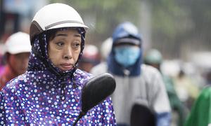 Cha mẹ dầm mưa chờ sĩ tử