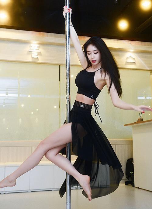 Từ nhiều năm nay, danh sách những ngôi sao sexy nhất Kbiz luôn không thể thiếu Ji Yeon, cho dù có sự xuất hiện của nhiều đàn em trẻ trung, gợi cảm. Thành viên T-ara có vóc dáng mảnh mai nhưng vẫn vòng nào ra vòng nấy.
