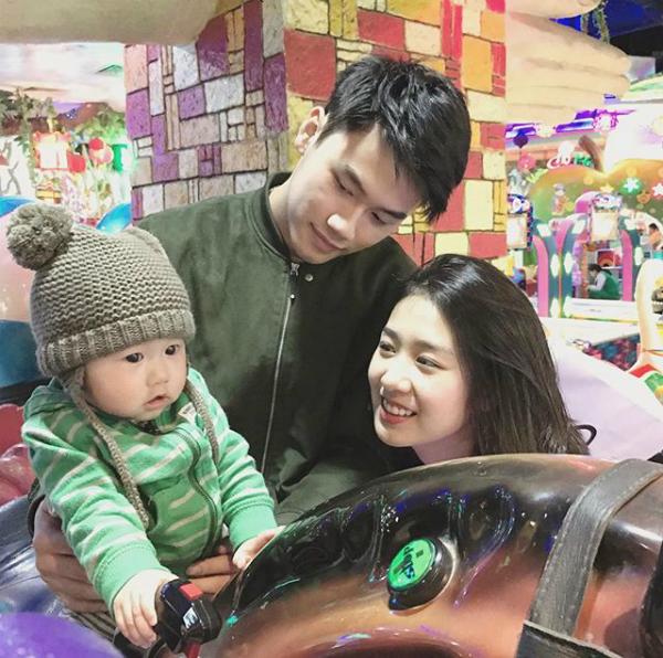 Từ khi còn rất nhỏ, bé Xoài đã được bố mẹ đưa đi khắp thế gian. Những hình ảnh cặp đôi này hạnh phúc chia sẻ trên trang cá nhân cho thấy Xoài rất xinh, sở hữu nét đẹp của cả bố và mẹ.