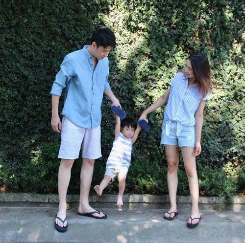 Cả hai lúc nào cũng tươi cười rạng ngời hạnh phúc khi vui đùa bên con trai.