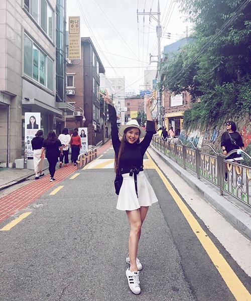 Phương Trinh Jolie diện đồ xì tin tung tăng dạo chơi Seoul.