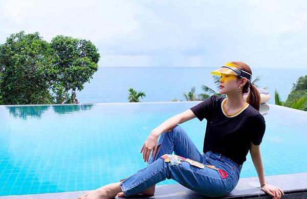 Minh Hằng đang có những ngày nghỉ xả hơi ở nơi biển trời hòa một màu Phuket, Thái Lan.