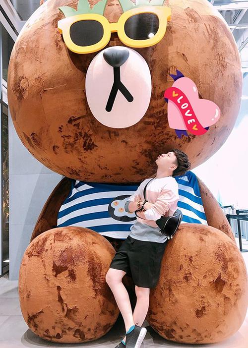 Ngô Kiến Huy nhí nhảnh chụp hình với chú gấu Brown - biểu tượng nổi tiếng ở Hàn Quốc.