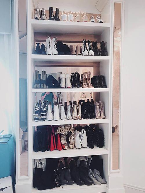 Kệ tủ chứa boots cũng đa dạng không kém. Bảo Thy dành nhiều tình cảm cho những thiết kế boots độc đáo, thường phải săn lùng khá mất công, mục đích để diện mạo ấn tượng hơn.