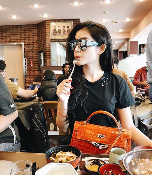 Huyền My phụng phịu cực dễ thương khi đi ăn.