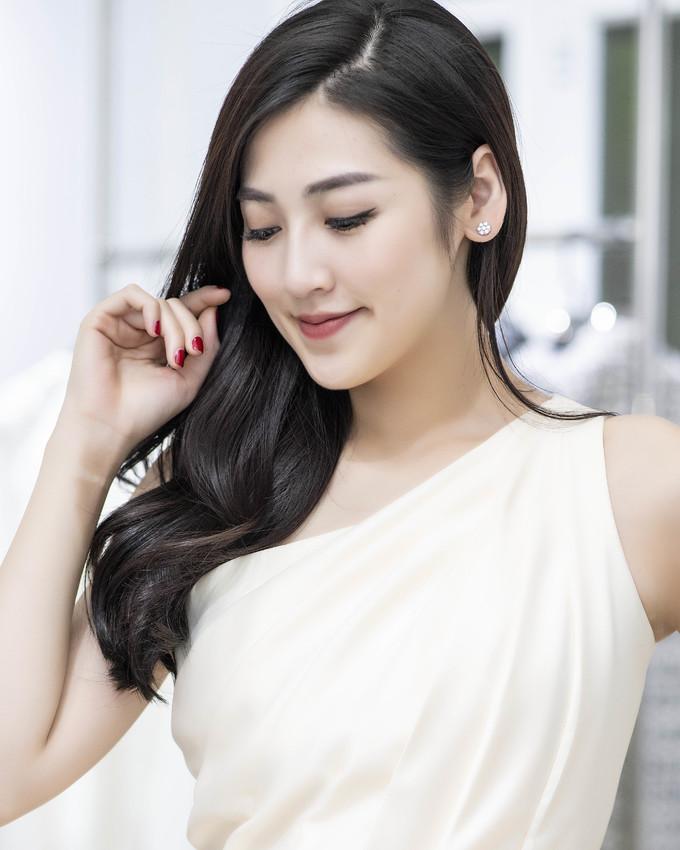 <p> Á hậu Tú Anh xuất hiện với vẻ ngoài nhẹ nhàng nhưng vẫn rất tươi tắn, thu hút.</p>
