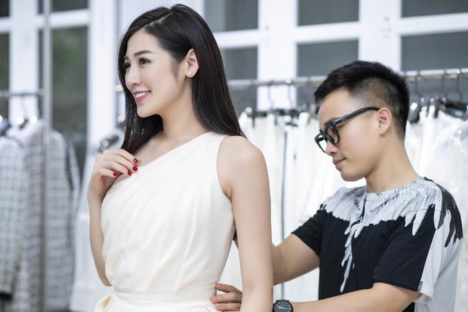 <p> Dù tất bật cho việc chuẩn bị tổ chức đám cưới với bạn trai Gia Lộc vào ngày 21/7 tới, Á hậu vẫn nhận lời dự show thời trang của NTK Hà Duy để ủng hộ người anh thân thiết.</p>