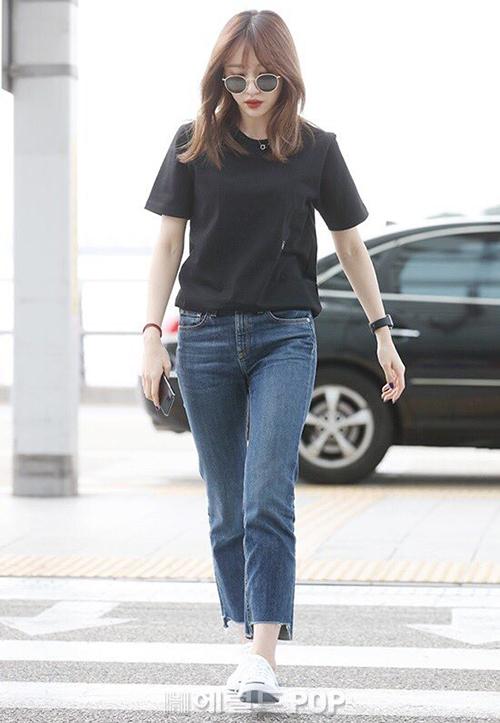 Chỉ với áo phông đen, quần jeans tối giản, Hani vẫn tỏa ra khí chất girl crush.
