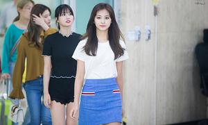Tae Yeon khoe vai, Red Velvet lộ mặt mộc mệt mỏi ở sân bay