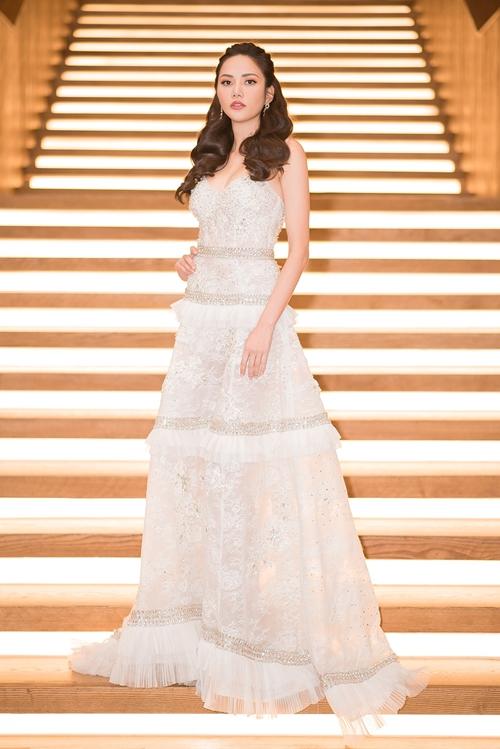 Hoa hậu Du lịch toàn cầu Diệu Linh chọn bộ váy trắng của NTK Đỗ Long. khoe đôi vai hờ hững và tạo sự kín đáo chuẩn mực ở phần đuôi váy vừa vặn theo phom dáng của người mặc.