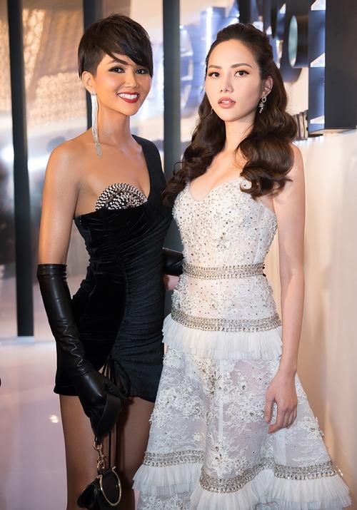 Hoa hậu Hoàn vũ HHen Niê lột xác với vẻ cá tính, sexy cạnh Diệu Linh.