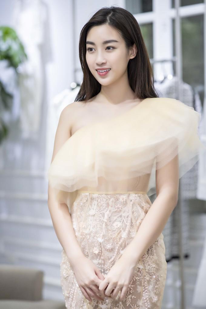 <p> Hoa hậu Mỹ Linh chọn cách trang điểm nhẹ nhàng, tôn lên vẻ đẹp nền nã khi đi thử trang phục.</p>