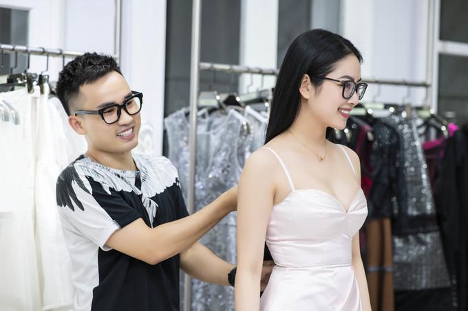 <p> Hoa hậu dân tộc Ngọc Anh háo hức chuẩn bị tham dự show diễn quy tụ rất nhiều người đẹp Vbiz.</p>