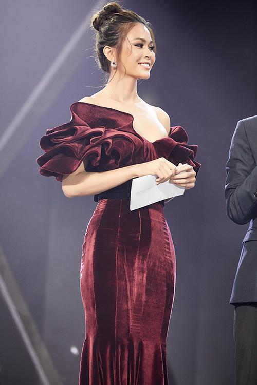 Giữa rừng người đẹp cá tính với đồ trắng đen, Mâu Thủy một mình một kiểu bằng đầm đỏ nhung của NTK Lý Quí Khánh. Dù mặc sai dress code, Á hậu vẫn được lên sân khấu để trao giải cho những ngôi sao phong cách của năm.