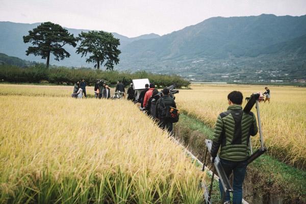 Đoàn làm phim đã phải di chuyển khắp nơi để quay phim.