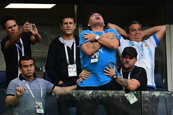 Maradona được so sánhnhư một ông hoàng trên khán đài.