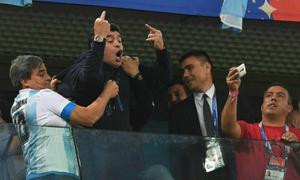 Maradona có thể bị tước vai trò đại sứ ở World Cup vì 'ngón tay thối'